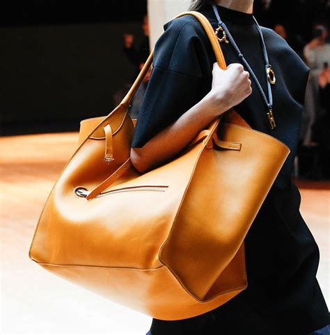 The Big Bag Trend Just Got Bigger by Fall 2017 S Runway Bag Trend Oversized