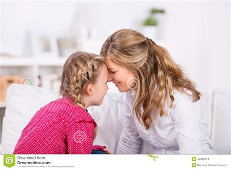 madre e hija cogen juntas gratis noticias de los mundos madre e hija juntas cogen madre e hija cercanas junto foto