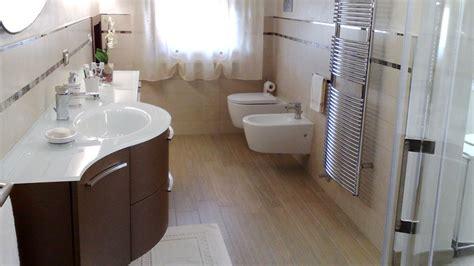 Costo Rifacimento Bagno Completo Bagno Completo Con Doccia Boiserie In Ceramica Per Bagno