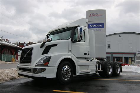 volvo truck vnl tandem axle daycab  truck  sale wheeling truck center