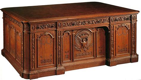 Presidential Desk In Oval Office | resolute desk white house museum