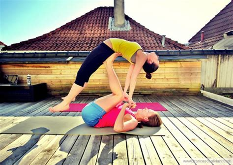 imagenes de yoga faciles acroyoga una fusi 243 n para dos o m 225 s revestida