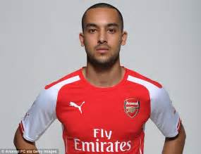 Table Title Html Theo Walcott Poses With Arsenal New Boy Alexis Sanchez And