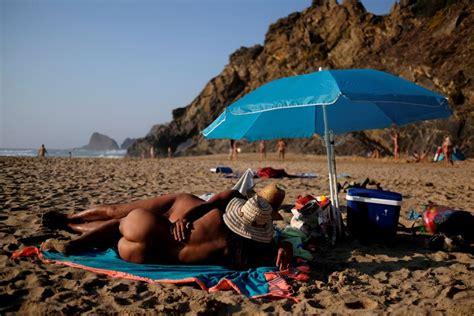nudismo in casa extremo ocidental na praia sem nada