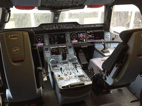 cabina di pilotaggio di un aereo nel mondo iniziano a mancare i piloti diversi aerei