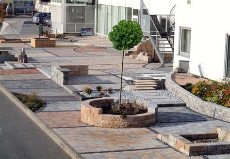 hof gestalten pflastersteine und terrassenbelag mit stein und holz