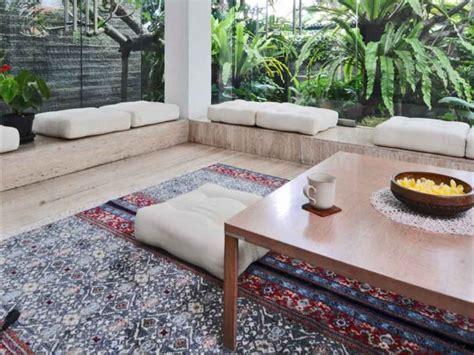 Kursi Tamu Area menata desain ruang tamu tanpa kursi atau sofa renovasi
