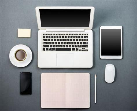 scrivania per pc portatile scrivania con computer portatile il caff 232 e tablet