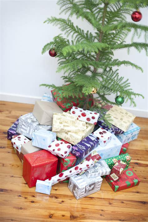 photo  pile  christmas gifts   christmas tree  christmas images
