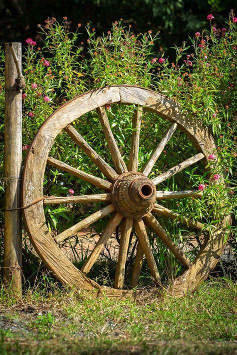 Gartendeko Wagenrad ein wagenrad als gartendekoration 183 ratgeber haus garten