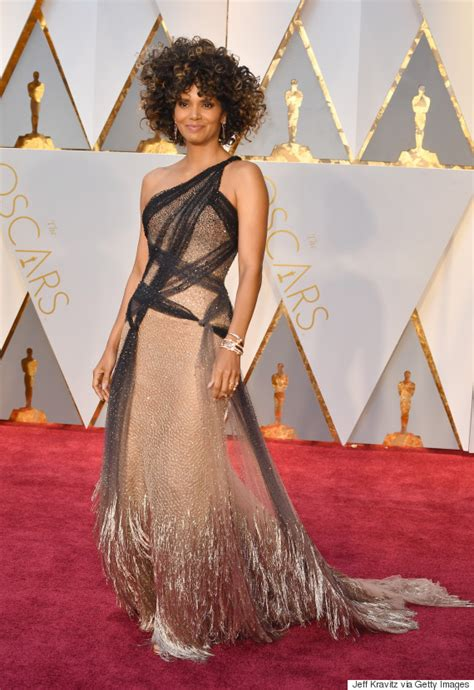 No Halle At The Oscars by Halle Berry S 2017 Oscar Look Proves She S As Fabulous As
