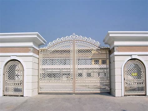 design of the gate at the mansion