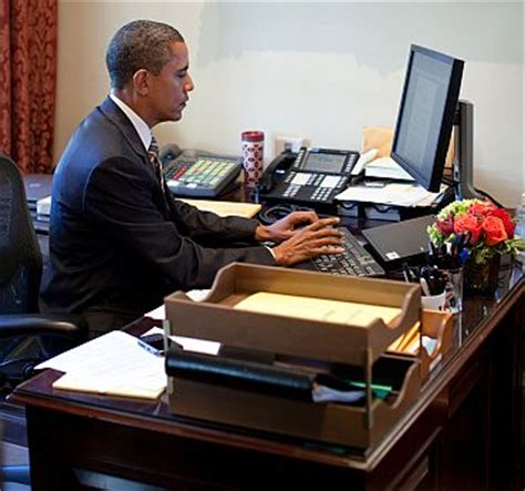 obama at desk 7 in 10 indians confidence in obama do you rediff news