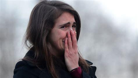 imagenes de jobenes llorando una joven llora junto al improvisado monumento a las v 237 ctimas