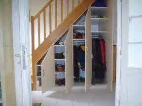 faire un placard sous un escalier en bois