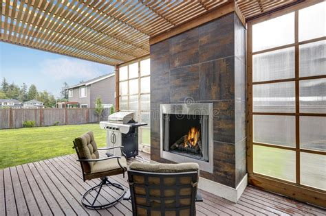 patio couvert domaine couvert de patio dans la maison luxueuse photo