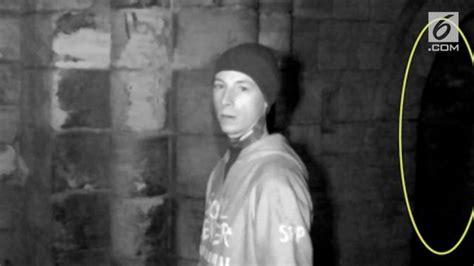 video penampakan bayangan misterius  reruntuhan biara