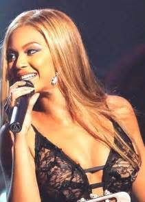 beyonce knowles has a wardrobe malfunction