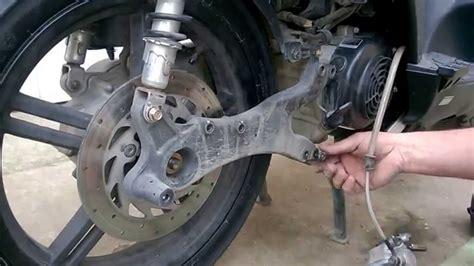 sostituzione candela burgman 400 come smontare e sostituire ruota posteriore scooter kymco