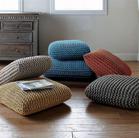 large pillows for floor seating pouf g 233 ant et pouf rond en d 233 co id 233 es pour peaufiner le salon