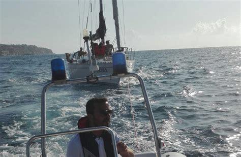 capitaneria di porto vibo marina guardia costiera vibo soccorre barca a vela in avaria il