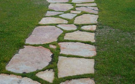 giardini con pietre come realizzare un vialetto in giardino con pietre irregolari