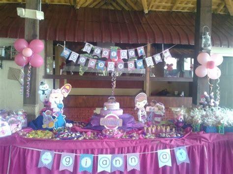 decoracion de mesas para fiestas infantiles decoracion mesa principal de la doctora juguetes fiestas