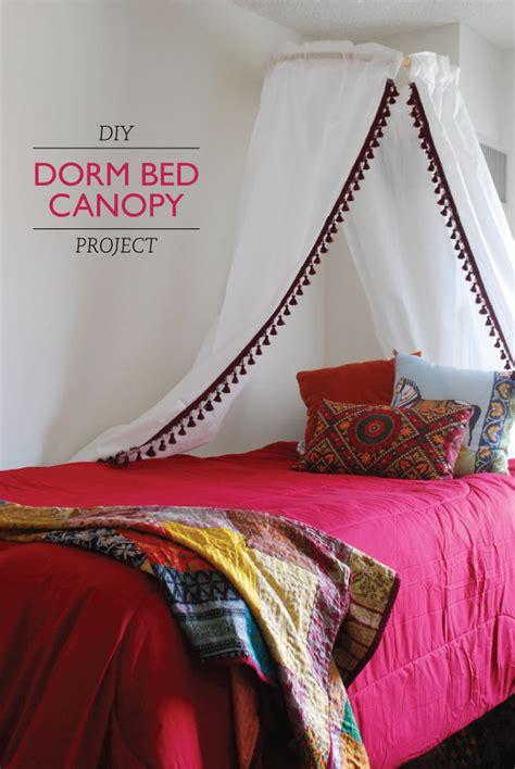 creative ways  decorate  dorm room diy budget