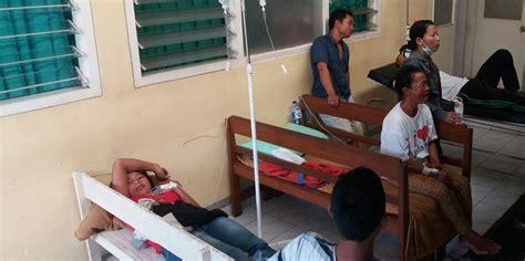 Kursi Tunggu Di Rumah Sakit ruang inap penuh banyak pasien dbd dirawat di kursi rumah sakit merdeka