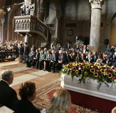 beerdigung wann trauerfeier italien verneigt sich vor luciano pavarotti