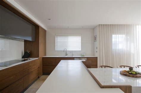 amazing Plan De Travail Quartz Ou Granit #5: cuisine-moderne-plan-travail-Corian-blanc-table-manger-marbre.jpg
