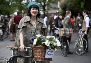 Vintage Picnic Basket London Cyclists En Mass For Tweed Run Ride Celebrating English Style Daily Mail Online