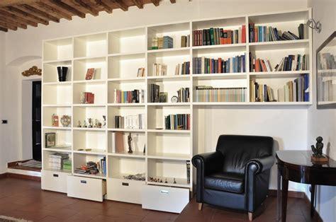 costruire una libreria a muro forum arredamento it libreria a muro con divano incassato