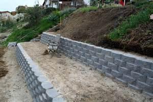 Sloped Backyard Retaining Wall Retaining Walls Thistledog S Farm
