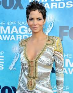 Naacp image awards 2011 halle berry bares her belly in daring