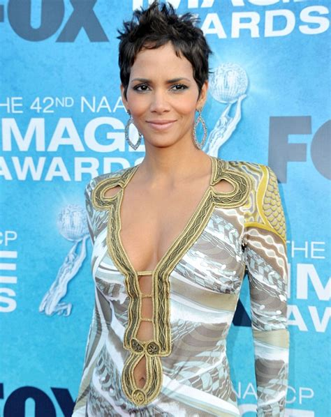 Kitchen Collection Uk by Naacp Image Awards 2011 Halle Berry Bares Her Belly In