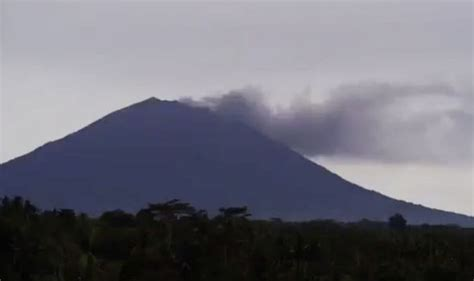 airasia volcano bali bali s volcanic eruption to cause flight chaos airline
