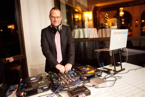 average cost of wedding dj how much does a wedding dj cost whats the cost