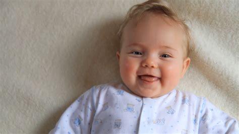 wann lachen baby laut babybekleidung grundausstattung f 252 r mein neugeborenes