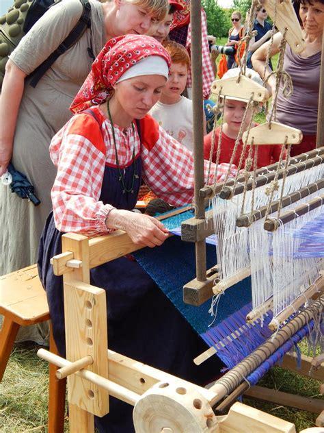 tejedor de afirmaciones una 1937985024 un tejedor una lecci 243 n en tejer foto de archivo editorial imagen de alineadas junio 65838373