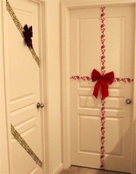 como decorar la puerta en navidad en forma de regalo decoraci 243 n de puertas en navidad 12 ideas handfie