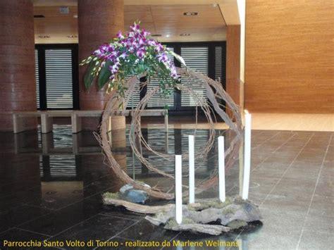 4 candele dell avvento composizione floreale nella chiesa santo volto per l