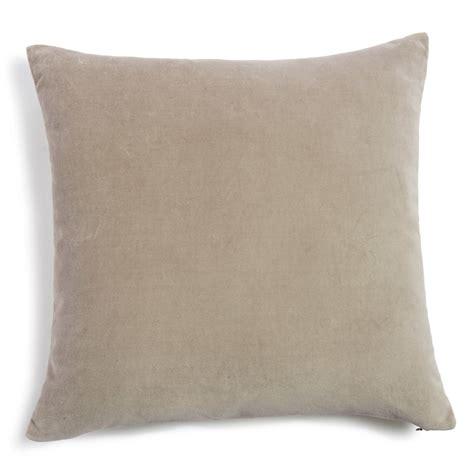 cuscino 60x60 cuscino beige in velluto 60 x 60 cm maisons du monde