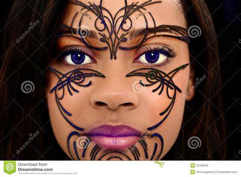 het gevaar van zwarte henna de geparelde kunst de henna op het mooie gezicht