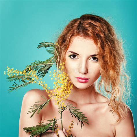 ragazze con la il ritratto di una ragazza graziosa con la mimosa fiorisce
