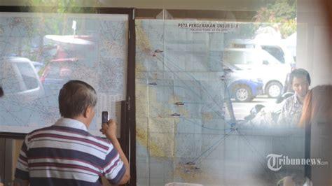 airasia qz 365 tim pencarian pesawat airasia dari polri temukan serpihan