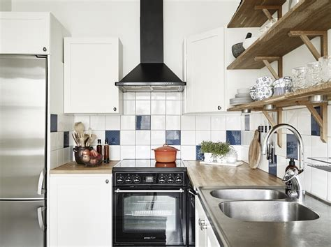immagini piastrelle cucina foto cucina con piastrelle colorate e mensole di
