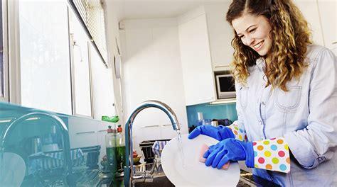 alimenti alla spina disimballati lava i piatti con il detersivo alla spina