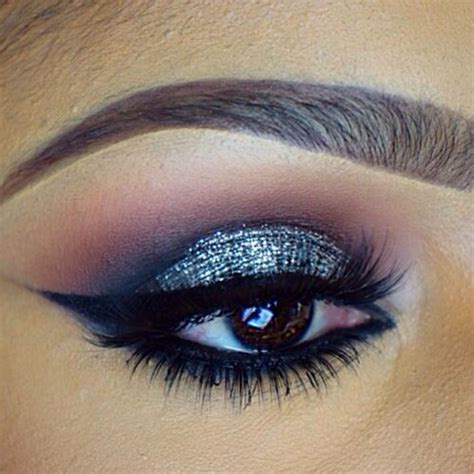 Eyeliner Casandra subtle smokey eye with silver glitter and wing liner makeup
