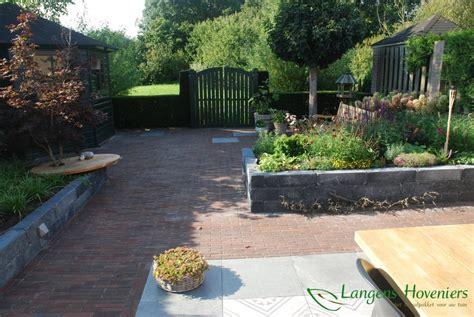 grote betonnen bollen tuin grote bloembakken tuin tuin met weinig onderhoud en